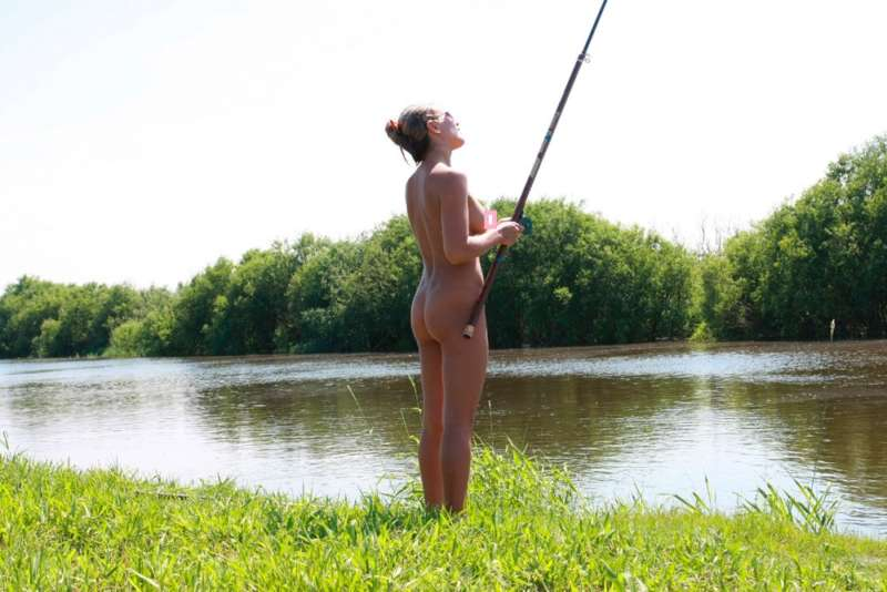 Девушка на рыбалке 18+
