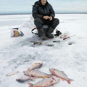 Мужчина на зимней рыбалке