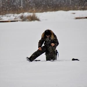 Мужчина ловит рыбу на пруду
