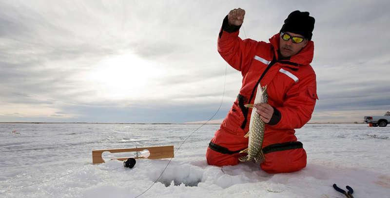 Зимняя рыбалка и щука в кадре