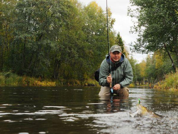 Ловля форели в мелкой реке