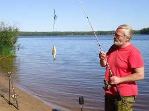 Мужик поймал рыбу