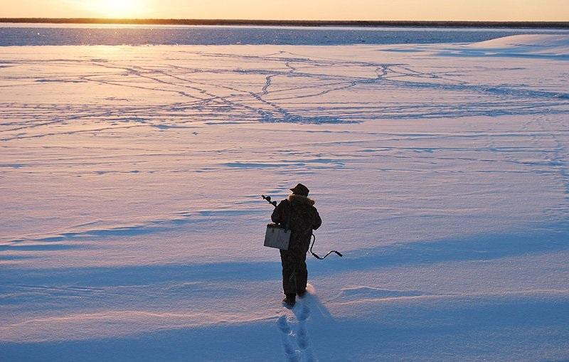 Рыбак идет зимой рыбачить Якутия
