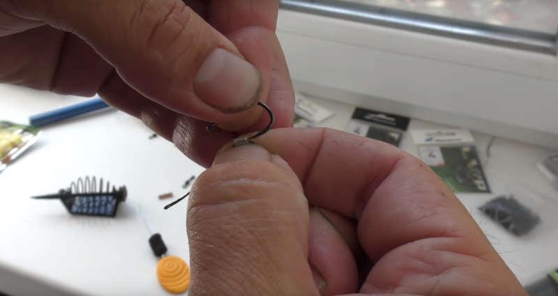 Продеваем крючок через силиконовую трубку